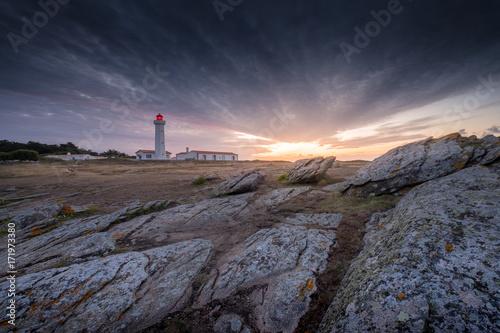 Fotobehang Vuurtoren Leuchtturm an einer felsigen Atlantikküste