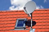 Satelliten-Antenne auf einem Ziegeldach - 171979910