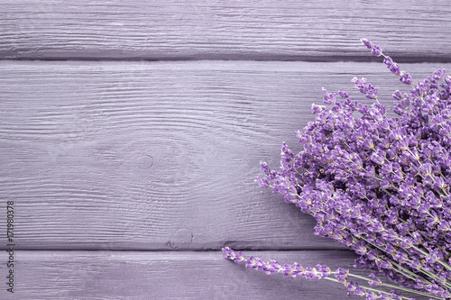 Aluminium Lavendel Dried lavender bunches on wooden background. Top view.