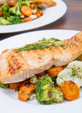 salmon fillet on a bed of broccoli, cauliflower and carrots - 171988767