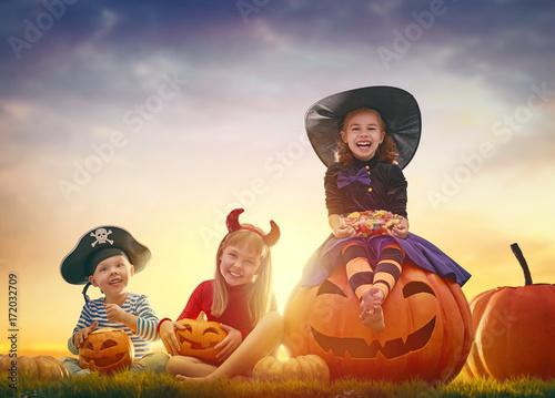 kids at halloween - 172032709