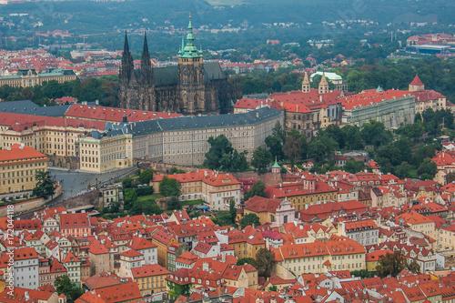 Veduta aerea del castello e della cattedrale gotica di San Vito a Praga Poster