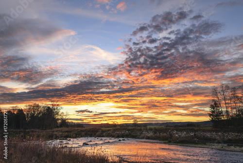 Aluminium Cappuccino dramatische Wolkenstimmung an einem Novemberabend am Fluss
