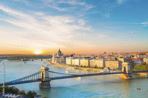Foto op Plexiglas Boedapest Beautiful view of the Hungarian Parliament and the chain bridge in Budapest, Hungary