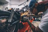 Człowiek rozciąga promieniowe zawieszenie motocykla
