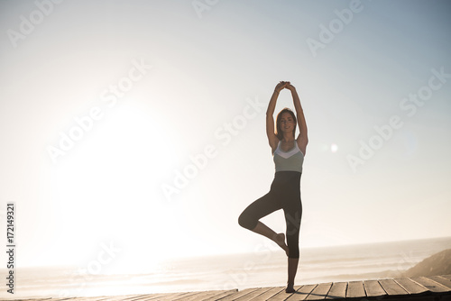 Poster Fit woman enjoying sunset on the beach