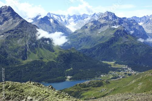 Fotobehang Bergen Fourcla Grevasalvas Blick auf Silser See und Maloja