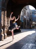 Arabesque danseuse classique au Mont St Michel