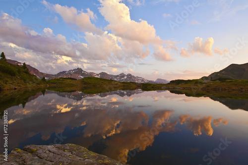 Fotobehang Bergen Der Krummschnabelsee zur blauen Stunde