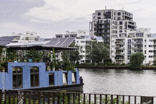 Foto op Plexiglas Berlijn Viviendas desde el Río Spree en Berlín