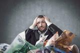 Mann versinkt in Schulden - 172387369