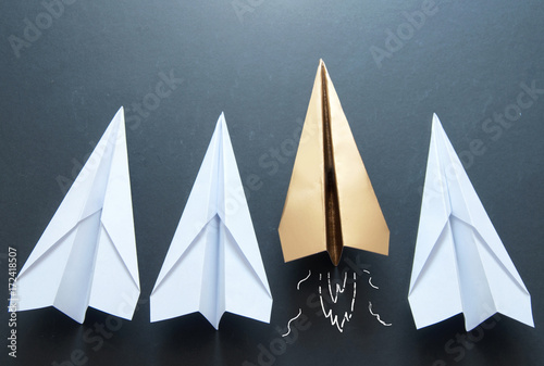 Zobacz obraz Paper plane leader concept