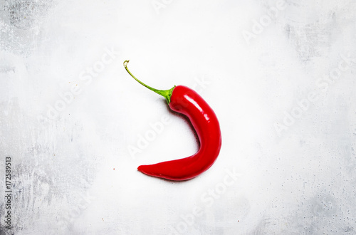 Papiers peints Hot chili Peppers Raw red chili pepper on a gray background, minimalistic style, top view