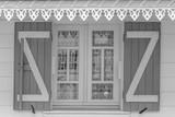 fenêtre de villa créole en noir et blanc