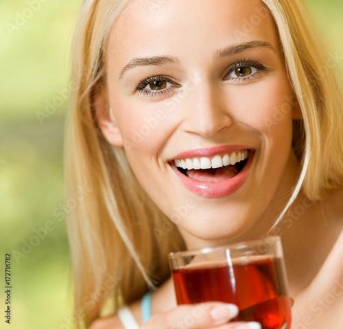 Fotobehang Sap Happy woman drinking juice