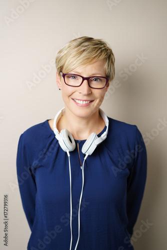Póster lächelnde frau mit weißen kopfhörern