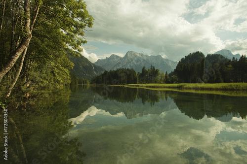 Alpenlandschaft mit See und Bergen Poster