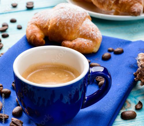 Papiers peints Café en grains Caffè e brioche in blu, fuoco selettivo