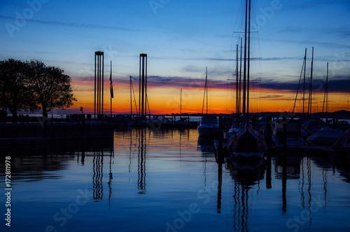 Segelboote im Hafen zum Sonnenuntergang Poster