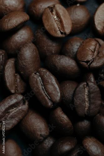 Fotobehang Koffiebonen coffee grains on a dark background