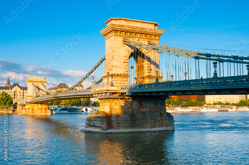 Fotobehang Boedapest Chain bridge across the Danube river in Budapest, Hungary