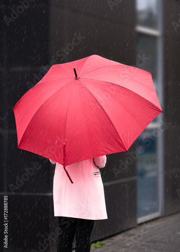 Juliste Girl in Pink with red Umbrella