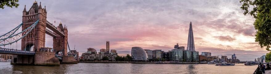 Panorama mit Tower Bridge in der Abendsonne