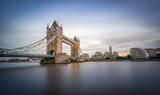 Tower Bridge in London am Abend