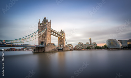 In de dag Londen Tower Bridge in London am Abend