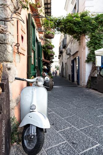 Aluminium Scooter Vue d'un scooter emblématique Italien dans une ruelle, Ischia, golfe de Naples, région de Campanie, Italie