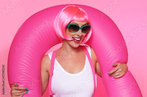 Plakát jolie femme perruque cheveux roses souriant avec baudruche et lunettes de soleil