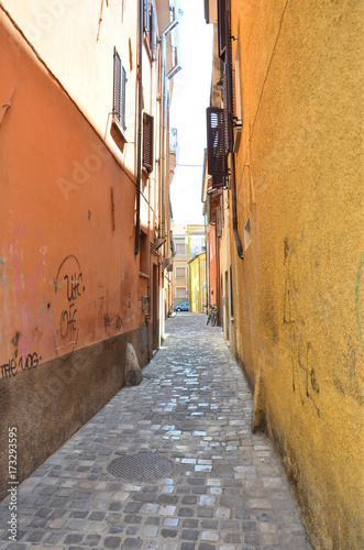 Tuinposter Smal steegje Rimini