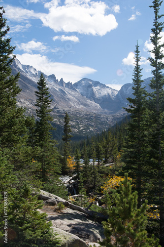 Fotobehang Blauwe hemel Mills Lake Rocky Mountain National Park Colorado Lake