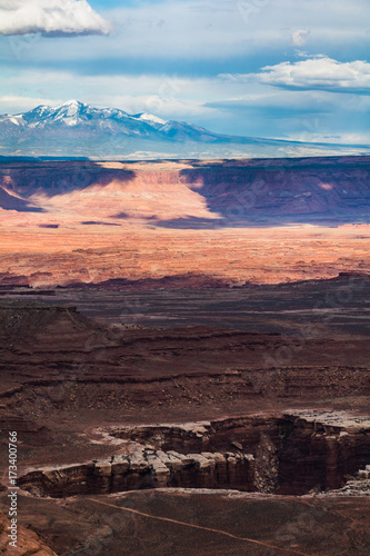 Fotobehang Blauw Canyonlands National Park Island in the Sky Trail Hike Landscape