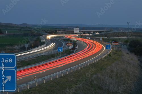 Poster Nacht snelweg jugando con los coches