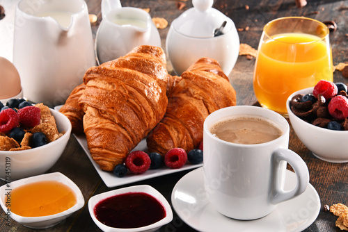 Papiers peints Jus, Sirop Breakfast served with coffee, juice, croissants and fruits