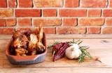 pollo cotto in tegame di terracotta - 173483508