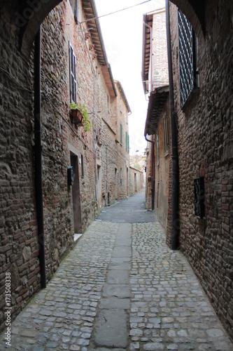 Tuinposter Smal steegje Città della Pieve, Toscana