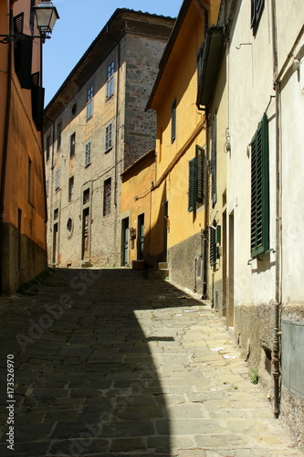 Deurstickers Smal steegje The city of Pistoia in Tuscany, Italy. Narrow alley in the old town