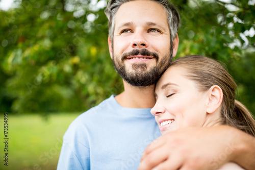Verliebtes Paar in der Natur Poster
