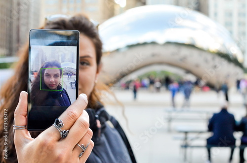 Poster Chicago Tourist taking selfie in front of a landmark in Chicago, Illinoi