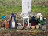 Laternen zu Allerheiligen bei Grabmal - 173555128