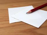 Notizzettel und Bleistift, Hintergrund Holz - 173665340
