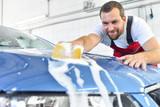 Kundendienst: Autowäsche per Hand von freundlichen Mitarbeiter im Autohaus - 173679555