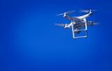 Dron en el cielo Azul