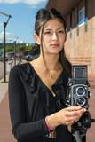 Femme en train de photographier avec un moyen format - 173752915