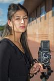 Femme en train de photographier avec un moyen format - 173753520