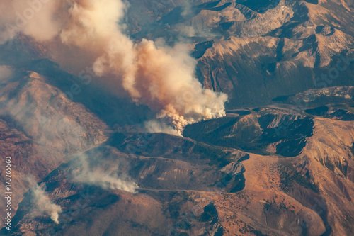 Papiers peints Cappuccino wildfire smoke plumes from above