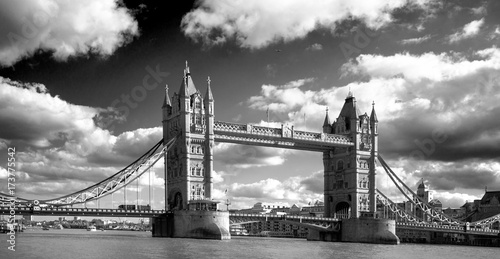 Foto Murales Tower Bridge spanning the River Thames with a dramatic cloudy sky