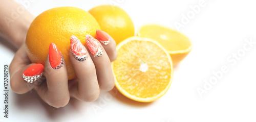 Fotobehang Manicure Schönes und modernes Nageldesign mit Citrusfrüchten